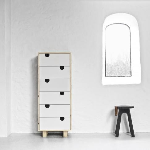 Fotografia, na której jest Komoda drewniana HOUSE 6 szuflad - KARUP