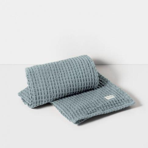Fotografia, na której jest Ręcznik kąpielowy - niebieski / dusty blue - ferm LIVING