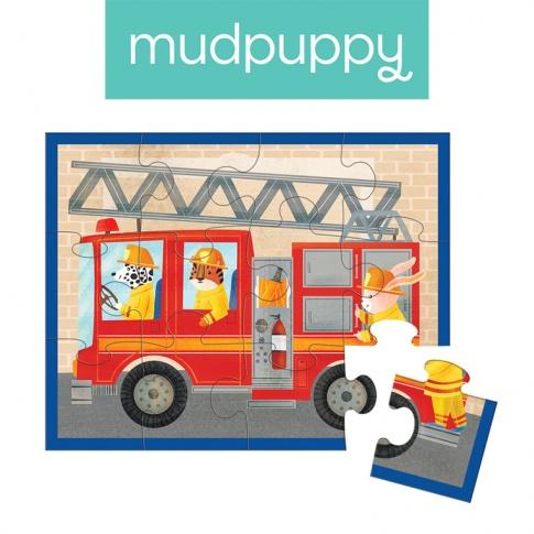 Fotografia, na której jest Mudpuppy Puzzle w saszetce Wóz strażacki 12 elementów 2+