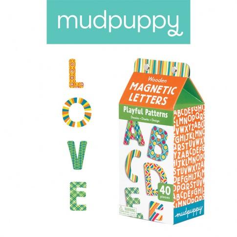 Fotografia, na której jest Mudpuppy Zestaw drewnianych magnesów we wzorki Litery 40 elementów