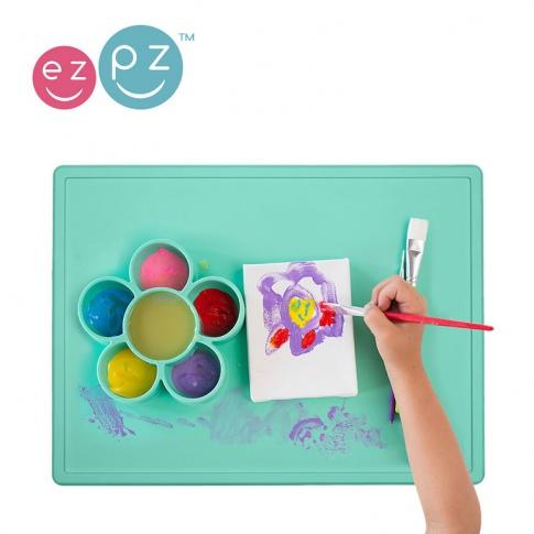 Fotografia, na której jest EZPZ Silikonowa mata do zabawy z pojemniczkami 2w1 Flower Play Mat miętowa