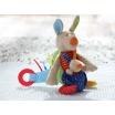 Fotografia, na której jest SIGIKID Przytulanka aktywizująca Kangurek z gryzakiem, grzechotką, piszczałką, wibracją i szeleszczącą folią 6m+ PlayQ