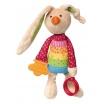 Fotografia, na której jest SIGIKID Przytulanka aktywizująca Królik Rainbow z obręczami, gryzakiem, grzechotką i szeleszczącą folią
