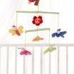 Fotografia, na której jest SIGIKID Miękka karuzela nad łóżeczko z kwiatami i motylkami