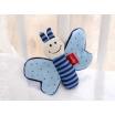 Fotografia, na której jest SIGIKID Miękka mini – przytulanka Niebieski motylek z szeleszczącymi skrzydełkami Red Stars