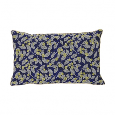 Fotografia, na której jest Poduszka Salon FLOWER niebieska - ferm LIVING