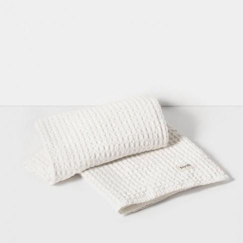 Fotografia, na której jest Ręcznik kąpielowy - biały - ferm LIVING
