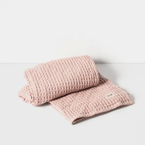 Fotografia, na której jest Ręcznik kąpielowy - różowy - ferm LIVING
