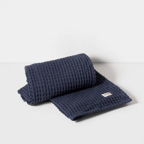 Fotografia, na której jest Ręcznik kąpielowy - niebieski - ferm LIVING