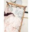 Fotografia, na której jest Kocyk bawełniany różowy STRIPY - ferm LIVING