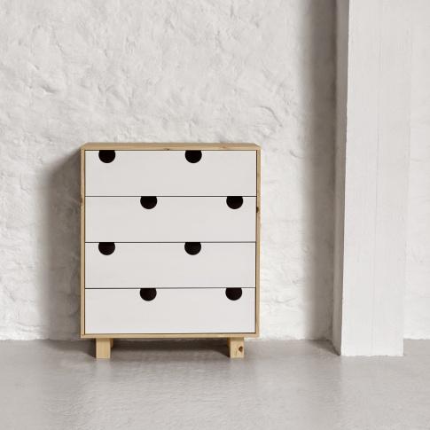 Fotografia, na której jest Komoda drewniana HOUSE 4 szuflady - KARUP